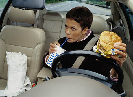 eating-while-driving-460